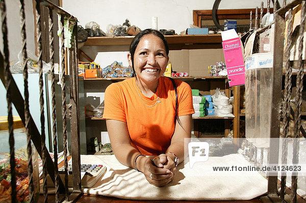 Verkäuferin in einem Lebensmittelladen der Indios  Loma Plata  Chaco  Paraguay  Südamerika