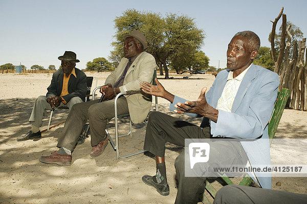 Rat der Ältesten sitzt auf dem Dorfplatz  Sehitwa  Botswana  Afrika