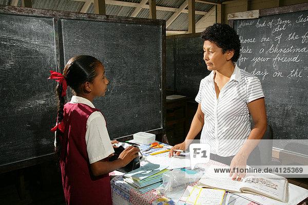 Schülerin und Lehrerin während des Unterrichtes,  Amerindians vom Stamm der Arawaks,  Santa Mission,  Guyana,  Südamerika