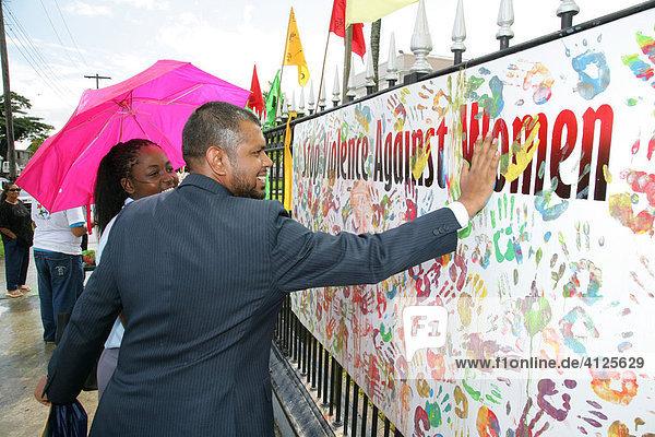 Während einer Demonstration gegen Gewalt gegenüber Frauen  bunte Handabdrücke als Symbol für verschiedene Ethnien  Georgetown  Guyana  Südamerika