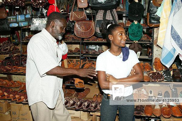 Schuhverkäufer in der Markthalle Stabroek  Marktplatz  Georgetown  Guyana  Südamerika