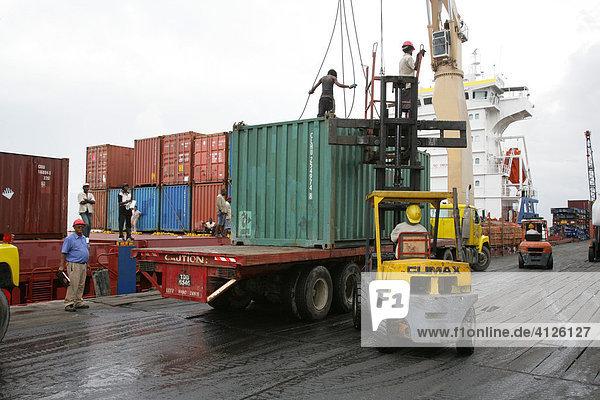 Verladen von Handelsware  Hafen Umschlagplatz John Fernandes  Georgetown  Guyana  Südamerika