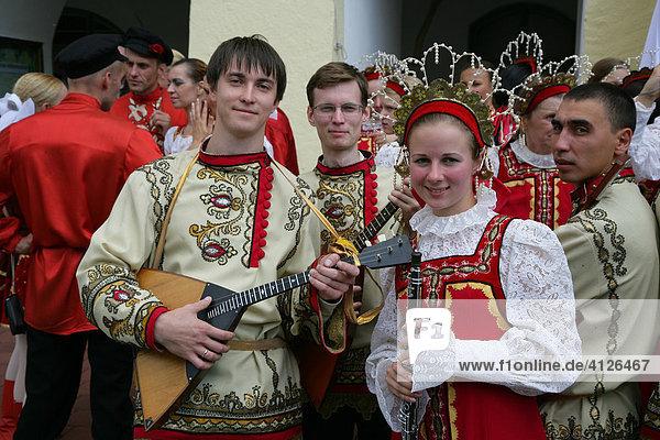 Weißrussische Trachten während des Internationalen Trachtenfestes in Mühldorf am Inn  Oberbayern  Bayern  Deutschland  Europa