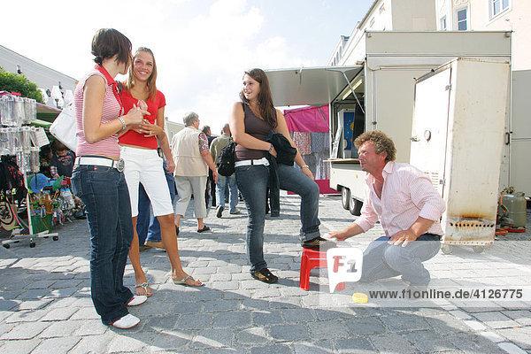 Marktschreier putzt Schuhe  Simonis Markt  Jahrmarkt  Mühldorf am Inn  Oberbayern  Bayern  Deutschland  Europa