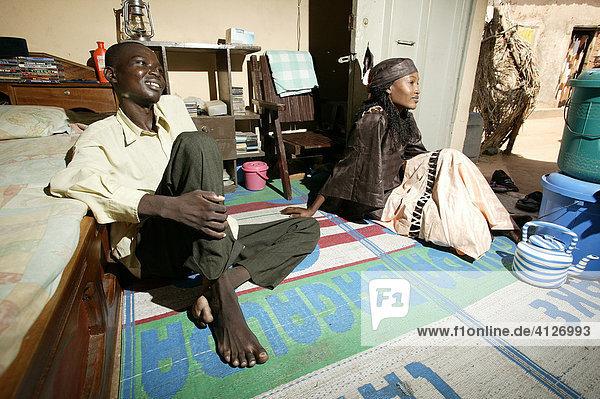 Mann und Frau im Wohnraum  Garoua  Kamerun  Afrika
