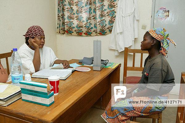Ärztin untersucht eine Frau  Schwangerschafts Vorsorge Untersuchung  Beratung  Garoua  Kamerun  Afrika