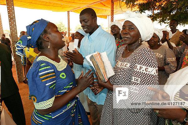 Frauen im Gespräch während eines Gottesdienstes  Garoua  Kamerun  Afrika