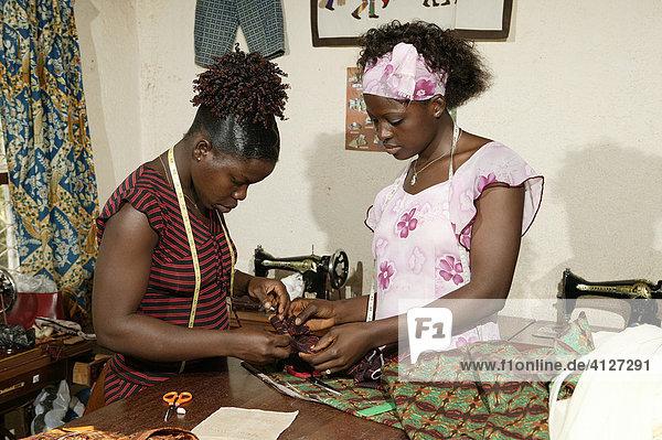 Schneiderin und Näherin einer HIV Hilfsgruppe  Bafut  Kamerun  Afrika