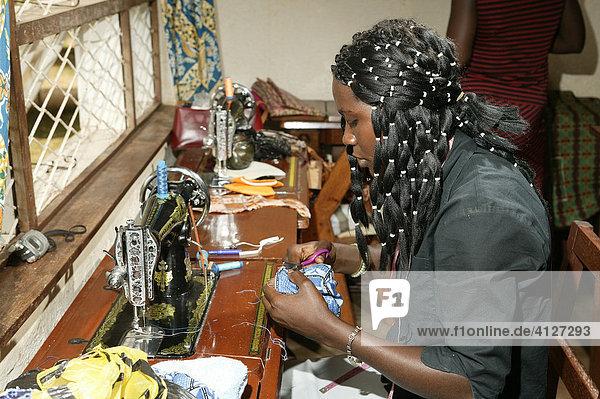 Schneiderin  Näherin einer HIV Hilfsgruppe  Bafut  Kamerun  Afrika