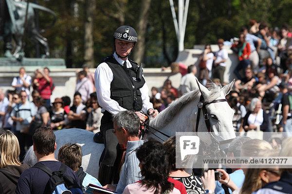 Polizisten vor dem Buckingham Palace  London  England  Großbritannien  Europa