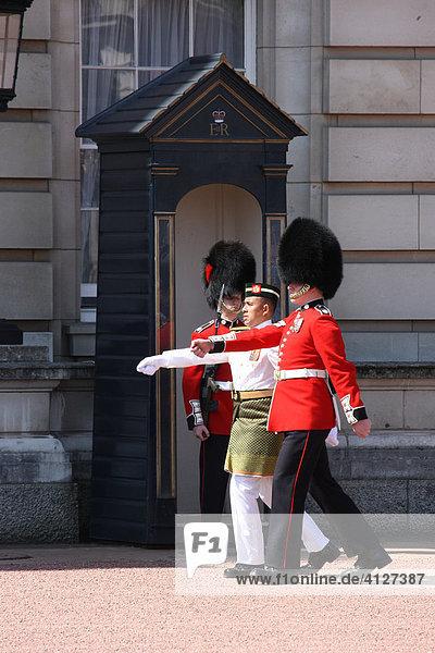 Royal Guard und Malaysische Garde vor dem Buckingham Palace  London  England  Großbritannien  Europa
