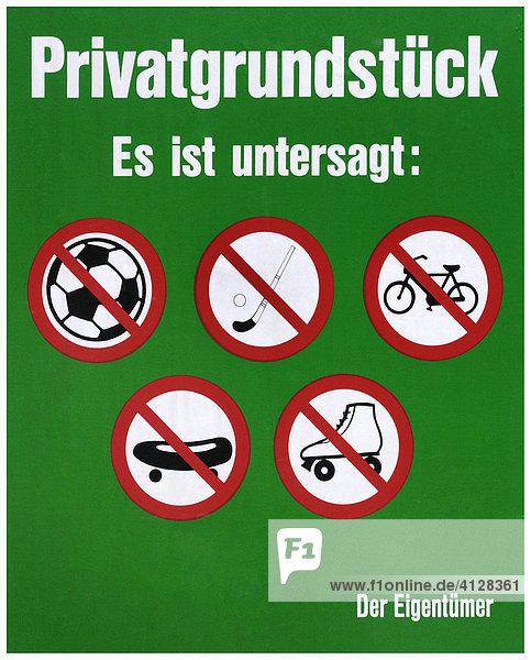 Hinweis des Eigentümers zu einem Privatgrundstück. Es ist untersagt: Fußball  Hockey  Radfahren  Skateboarden und Rollschuhlaufen.