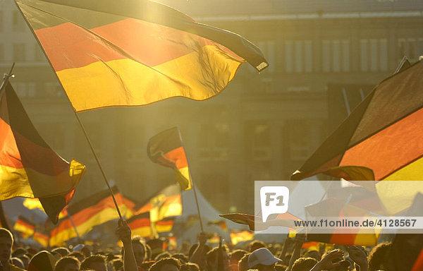 Menschen schwingen Deutschlandflaggen