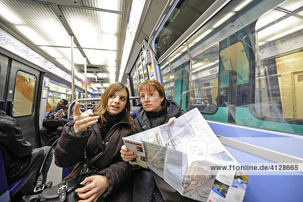 Touristen in der Metro  Paris  Frankreich