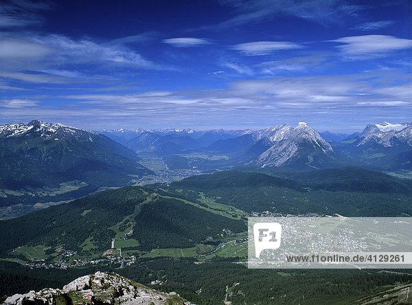 Blick auf Seefeld  mitte Mieminger Kette mit Hohe Munde  rechts Wettersteingebirge  Tirol  Österreich