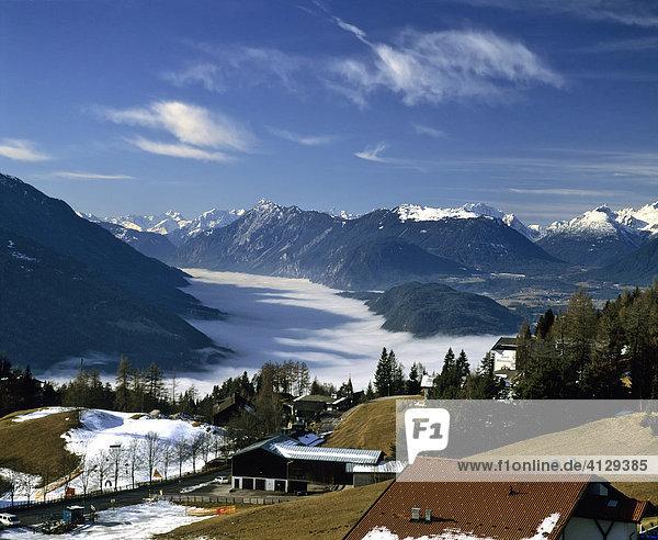 Blick von Mösern ins Inntal  Mieminger Kette mit Hohe Munde mit Tschirgant  Tirol  Österreich