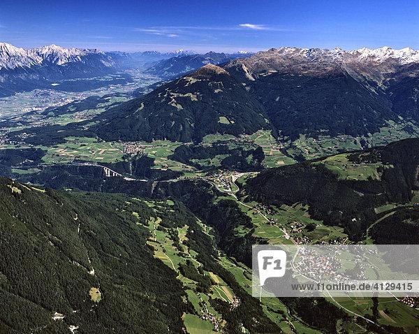 Stubaital  Europabrücke  mitte Schönberg  rechts Mieders  Stubaier Alpen  hinten links Inntal und Karwendel  rechts Tuxer Alpen  Stubaier Alpen  Tirol  Österreich
