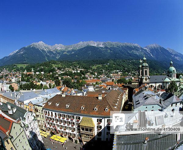 Panoramablick vom Alten Stadtturm  Goldenes Dachl  Karwendelgebirge  Innsbruck  Tirol  Österreich