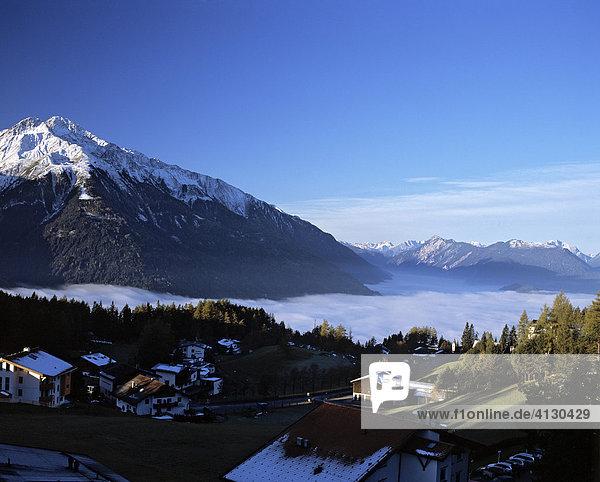 Panoramablick von Mösern ins nebelverhangene Inntal  Tirol  Österreich