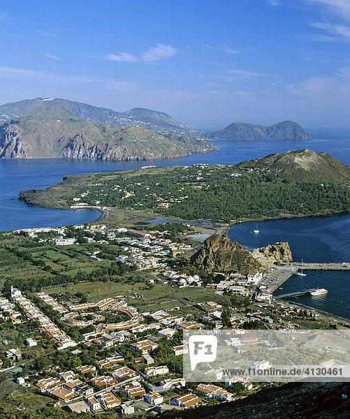 Vulcano  Porto di Levante  Blick auf Vulkanello  Luftbild  Hintergrund Lipari  Liparische Inseln  Sizilien  Italien