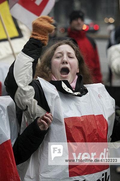 Stuttgart DEU 06.02.2006 Verdi streikt gegen Arbeitszeitverlaengerung im oeffentlichen Dienst bei Staedten und Gemeinden. Kundgebung vor dem Stuttgarter Klinikum.