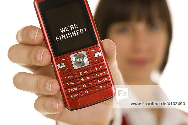 Frau mit Mobiltelefon mit SMS-Nachricht