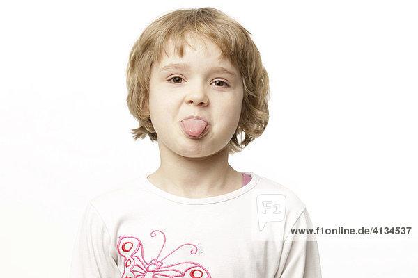 8-jähriges Mädchen streckt Zunge raus