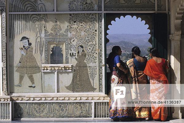 Stadtpalast  Frauen im Sari schauen auf den Pichola-See  Udaipur  Rajasthan  Indien