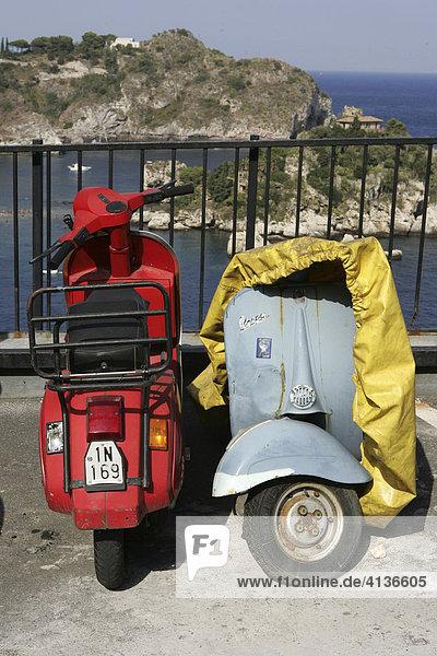 ITA  Italien  Sizilien : Der Ort Taormina im Nordosten der Insel. Motorroller