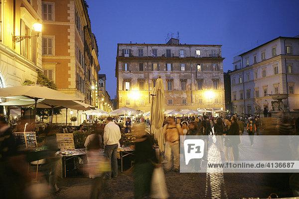 ITA  Italien  Rom : Trastevere Viertel am Abend  Piazza di Santa Maria in Trastevere.