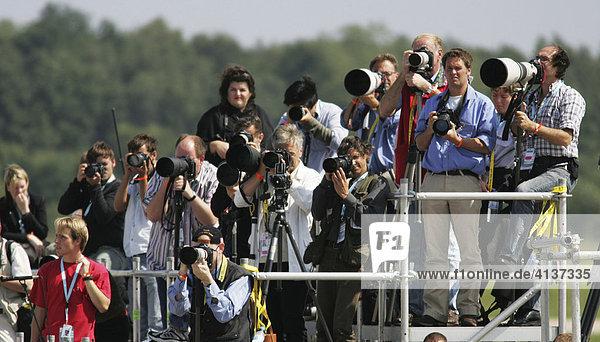 Fotografen bei der Ankunft von Papst Benedikt XVI.  Weltjugendtag  Flughafen Köln-Bonn  Nordrhein-Westfalen  Deutschland