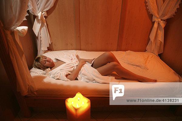 AUT  Oesterreich  Neustift-Milders  Stubaital: Wellness. Junge Frau in einem Spa  Wellnessbereich. Ruheraum  entspannen nach einer Anwendung . Wellnesshotel Milderer Hof.