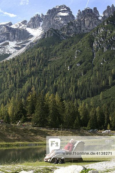 AUT Oesterreich Fulpmes Stubaital: Alpen- Wellness. Erlebnisweg bei der Schlickeralm. Im Wald Waxeck koennen Wanderer Speicher entspannen