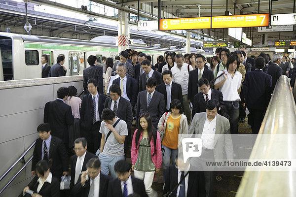 Rushhour  Nahverkehrzug am JR-Line Bahnsteig  Tokyo Station  Tokio  Japan  Asien