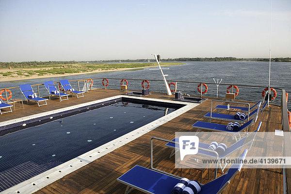 Liegestühle  Nil Kreuzfahrt mit dem neuen Flusskreuzfahrtschiff Zahra zwischen Assuan (Aswan) und Luxor  Ägypten  Afrika
