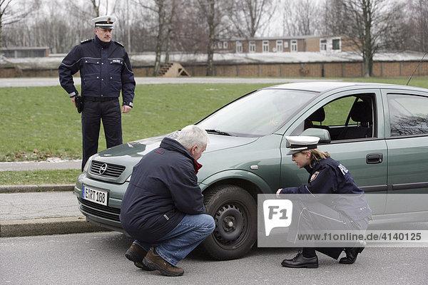 Fahrzeugkontrolle  Polizei NRW  seit dem 03.12.07 tragen 1400 Polizei Beamte und Beamtinnen der Schutzpolizei neue  blaue Uniformen  Düsseldorf  Nordrhein-Westfalen  Deutschland