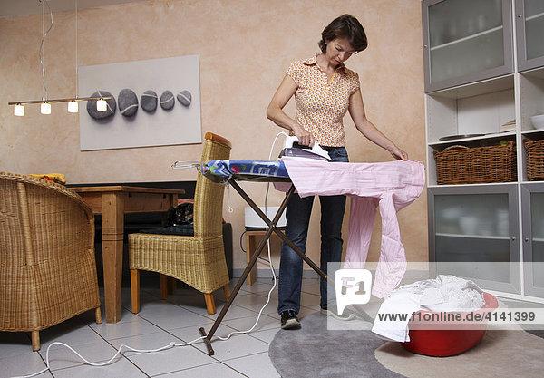 Konzentrierte Hausfrau