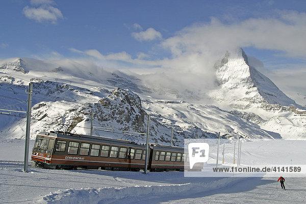 Skigebiet Zermatt  Gornergrat-Bahn neben der Piste mit Matterhorn  Wallis  Schweiz
