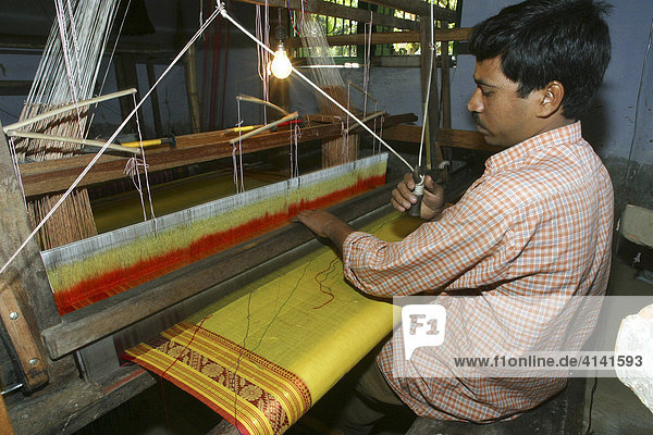 Indischer Mann beim Weben eines Sari  Ananda Kendra  Westbengalen  Indien