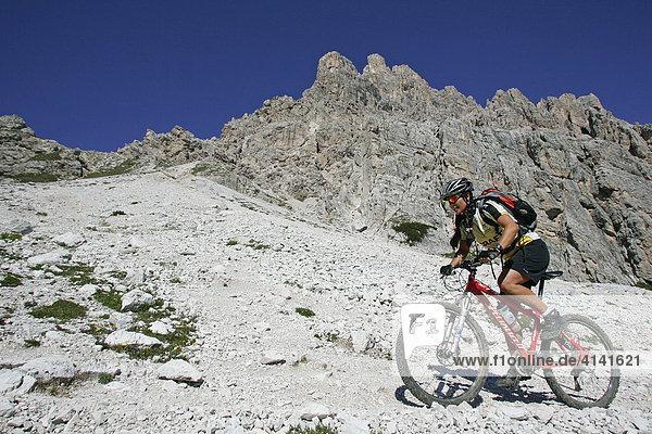 Mountainbike-Fahrerin an der Croda da Lago  Dolomiten  Italien