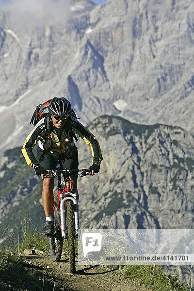 Mountainbikerin auf der Forcella-Ambrizzola Tour  mit Civetta im Hintergrund  Dolomiten  Italien