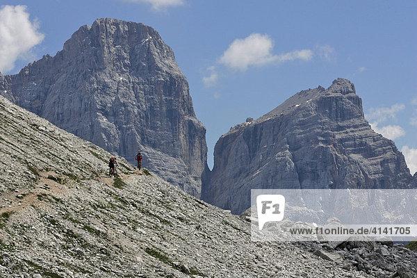 Mountainbikerin an der Forcella Ambrizzola  mit Monte Pelmo  Dolomiten  Italien