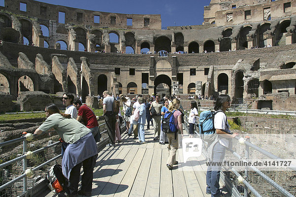 Innenraum des Kolosseums mit Touristen in Rom  Latium  Italien