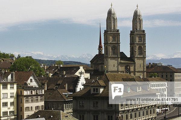 Rathaus und Großmünster in der Altstadt von Zürich  Schweiz