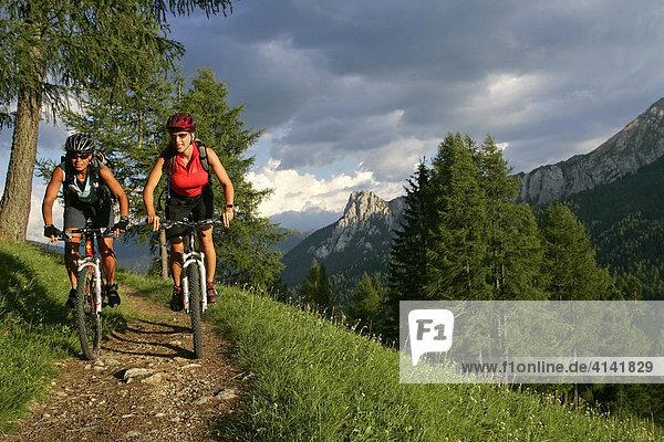 Mountainbike-Fahrerinnen am Karerpass  Dolomiten  Italien