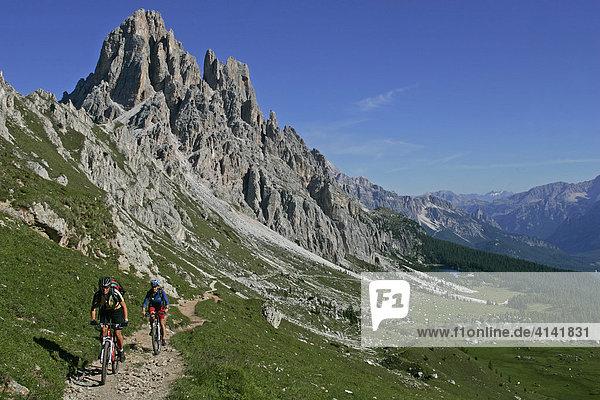Mountainbike-Fahrerinnen an der Cima d' Ambrizzola mit Lago di Fedara  Dolomiten  Italien