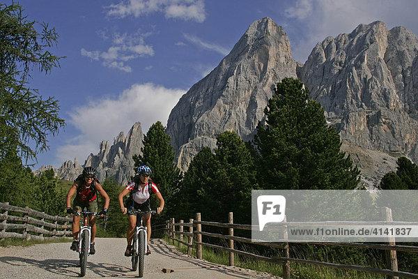 Mountainbike-Fahrerinnen am Peitlerkofel  Dolomiten  Italien