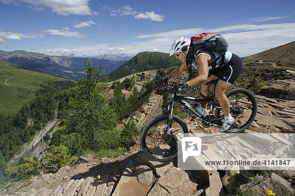Mountainbikerin am Kreuzjöchl mit Blick auf die Dolomiten  Südtirol  Italien  Europa