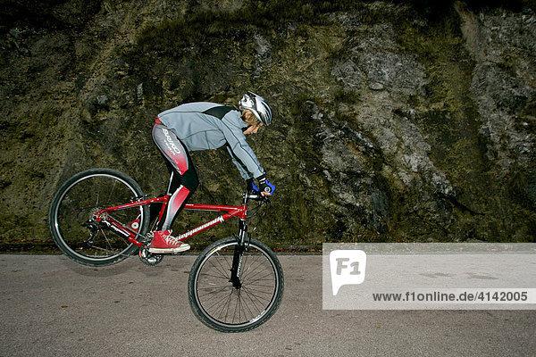 Junger Mountainbiker  Vorderradstand