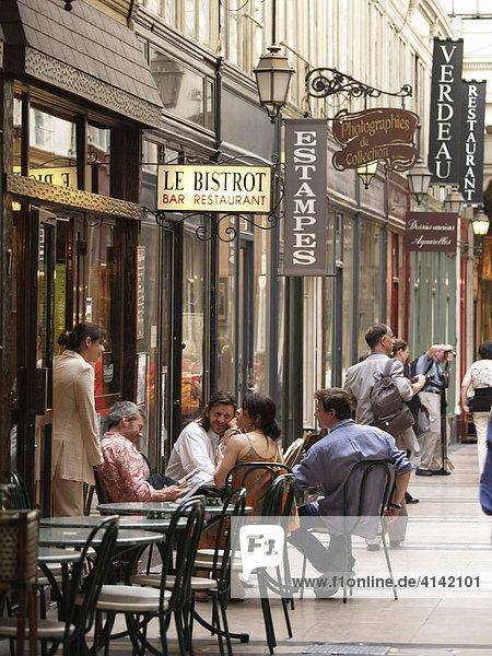 Einkaufspassage mit Cafe in Paris  Frankreich